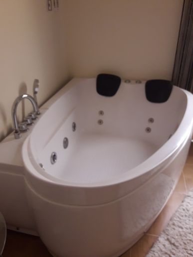 Bath tub with several jacuzzi functions