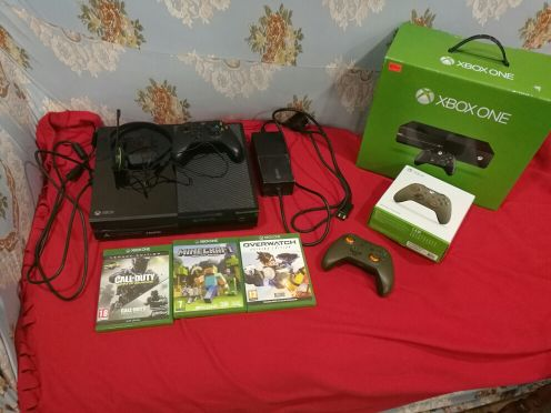 New xbox one with 3 discs and 2 controll