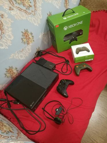 New xbox one with box and extra controll