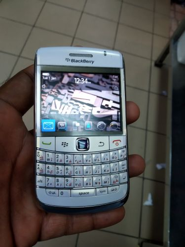 blackberry bold 9780  white colour good