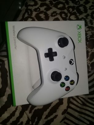 Xbox S controller with box