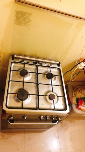 Gas cooker with cylinder