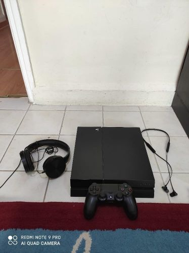 Playstation 4 with 1 controller & 8 Games