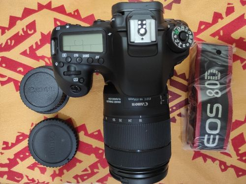 Canon 80D 18-135mm with Mobil display
